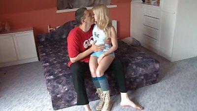 Зрелая полная русская баба пришла поебаться на диване к молодому любовнику